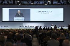 Lors de l'assemblée générale de Volkswagen à Hanovre, le président du directoire Martin Winterkorn a assuré que le groupe allait s'employer à trouver rapidement un nouveau président du conseil de surveillance en remplacement de Ferdinand Piëch, 78 ans, qui a démissionné fin avril. /Photo prise le 5 mai 2015/REUTERS/Fabian Bimmer