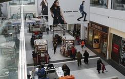 Unas personas realizando compras al interior del centro comercial Roosevelt Field en Garden City, EEUU, feb 22 2015. El Instituto de Gerencia y Abastecimiento (ISM, por sus siglas en inglés) dijo el martes que su índice del sector servicios de Estados Unidos subió a 57,8 el mes pasado desde 56,5 en marzo, ubicándose en abril en el máximo en cinco meses gracias a una escalada de la actividad de negocios.  REUTERS/Shannon Stapleton