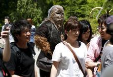 """Fã do """"Star Wars"""" caracterizado do personagem Chewbacca participa de evento do """"Dia Star Wars"""" em Tóquio, no Japão 4/05/2015. REUTERS/Toru Hanai"""