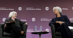 La présidente de la Réserve fédérale, Janet Yellen (à gauche), et la directrice générale du Fonds monétaire international, Christine Lagarde. Seln Janet Yellen, la banque centrale américaine est prête à prendre de nouvelles mesures pour renforcer la sécurité du système financier aux Etats-Unis. /Photo prise le 6 mlai 2015/REUTERS/Kevin Lamarque