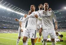 Jogadores do Real Madrid comemoram gol contra Atlético de Madri.  22/4/15 Reuters/Juan Medina