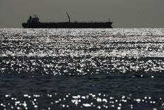 Нефтяной танкер на озере Маракайбо в Венесуэле. 1 марта 2008 года. Цены на нефть снижаются с максимумов 2015 года, так как ОПЕК на совещании в июне, скорее всего, не станет сокращать добычу. REUTERS/Jorge Silva