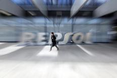 Repsol a annoncé jeudi un bénéfice opérationnel en hausse de 74% au premier trimestre, ajusté des effets de stocks, à 928 millions d'euros, la faiblesse de l'euro ayant plus que compensé l'impact négatif de la baisse des cours du pétrole.  /Photo prise le 26 février 2015/REUTERS/Susana Vera