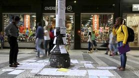 Anúncios de emprego colocados em um poste no centro de São Paulo.   19/03/2015    REUTERS/Paulo Whitaker