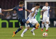 Jorginho (E), do Napoli, disputa bola com o jogador do Dnipro Kalinic em jogo pela Liga Europa.  7/5/2015.  REUTERS/Ciro De Luca