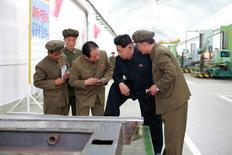 Líder norte-coreano, Kim Jong Un, visita instalação industrial, em foto de divulgação da agência de notícias estatal KCNA. 07/05/2015 REUTERS/KCNA