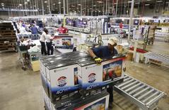 Un trabajador empaqueta unos televisores en la boedga de Element Electronics en Winsboro, EEUU, mayo 29 2014. Los inventarios mayoristas de Estados Unidos subieron ligeramente en marzo ante una baja de las ventas, mostraron el viernes los datos del Departamento de Comercio. REUTERS/Chris Keane
