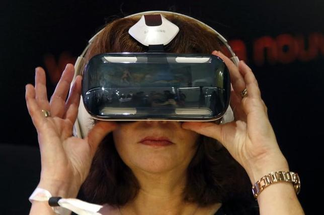 An attendee tries an Oculus-powered Samsung Gear VR headset during the French telecom Orange annual company's innovations show in Paris October 2, 2014. REUTERS/Charles Platiau/Files