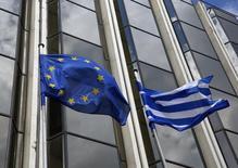 En la imagen,  una bandera griega y una de la UE ondean fuera del ministerio del Exterior en Atenas. 12 de marzo, 2015. El Gobierno de Grecia aún tiene esperanzas de que el Eurogrupo destaque en su reunión del lunes los avances en la negociación con acreedores respecto al plan de reformas que debe realizar para recibir ayuda financiera, lo que allanaría el camino para aliviar la crisis de liquidez que sufre el país. REUTERS/Yannis Behrakis