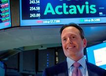 Brenton Saunders, PDG d'Actavis. Le groupe pharmaceutique est l'une des valeurs à suivre à Wall Street, après avoir annoncé lundi un bond de près de 60% de son chiffre d'affaires trimestriel avec la progression des ventes de ses médicaments sous brevet en Amérique du Nord. Mais les charges liées à l'acquisition d'Allergan, le fabricant du Botox, lui font publier une perte nette sur le trimestre clos le 31 mars. /Photo d'archives/REUTERS/Brendan McDermid