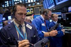 La Bourse de New York a débuté sur une note stable après un bond vendredi à la faveur d'un rapport sur l'emploi reflétant un redémarrage de l'économie américaine, mais insuffisant pour laisser craindre un relèvement plus rapide des taux de la Réserve fédérale.  Le Dow Jones gagnait ainsi 0,04% dans les premiers échanges, le Standard & Poor's 500 prenant 0,03% et le Nasdaq Composite progressant de 0,2%. /Photo d'archives/REUTERS/Brendan McDermid