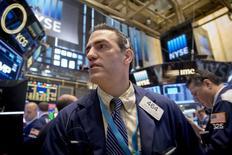 Operadores trabajando en la Bolsa de Nueva York, 8 de mayo de 2015. Las acciones estadounidenses operaban con pocos cambios el lunes, después de subir en la sesión anterior por el sólido reporte de empleo del país que indicó un repunte de la economía, sin reflejar preocupaciones sobre una eventual alza de las tasas de interés de la Reserva Federal antes de lo anticipado. REUTERS/Brendan McDermid