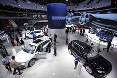 Los asistentes miran los autos en el escenario de exhibición de Haval durante una presentación en la Decimosexta Exhibición del Salón del Automovil en Shaghai, 21 de abril de 2015. Las ventas de vehículos en China, el mayor fabricante de autos del mundo, cayeron 0,5 por ciento interanual en abril, en momentos en que la desaceleración de la economía continúa presionando la demanda local, dijo el lunes la Asociación China de Manufactureras de Automóviles (CAAM). REUTERS/Aly Song