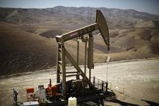 Una unidad de bombeo de crudo operando en Monterey Shale, EEUU, abr 29 2013. El petróleo caía el lunes presionado por las señales de que un avance de varias semanas en los precios del barril estaría alentando una recuperación de los suministros de crudo de esquisto de Estados Unidos.  REUTERS/Lucy Nicholson