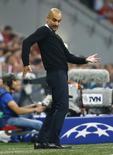 Técnico do Bayern de Munique, Pep Guardiola, em partida contra o Barcelona. 12/05/2015 REUTERS/Kai Pfaffenbach
