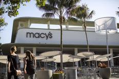 Le groupe de distribution américain Macy's publie un bénéfice trimestriel inférieur aux attentes, conséquence de la hausse du dollar, qui a pesé sur les dépenses des touristes aux Etats-Unis, d'un mois de février particulièrement froid et des grèves dans les ports de la côte Ouest, qui ont freiné les importations. /Photo prise le 12 mai 2015/REUTERS/Mario Anzuoni