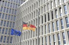 La Commission européenne a estimé mercredi que l'Allemagne devait profiter de sa bonne santé économique pour augmenter ses investissements. L'Allemagne, première économie de la zone euro, prévoit un excédent budgétaire structurel de 0,25% à 0,75% du produit intérieur brut (PIB) jusqu'en 2019 et une diminution de sa dette publique à 61,5% du PIB d'ici 2019, des objectifs plus ambitieux que ceux requis par les règles européennes. /Photo prise le 26 avril 2015/REUTERS/Rainer Jensen/Pool
