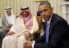 Президент США Барак Обама на встрече с саудовским наследным принцем Мохаммедом бен Наджафом в Белом доме. Вашингтон, 13 мая 2015 года. Американский президент Барак Обама в четверг постарается убедить своих союзников в Персидском заливе, в том числе Саудовскую Аравию, что США будут отстаивать интересы их безопасности, несмотря на беспокойство арабских лидеров по поводу заключения ядерной сделки с Ираном. REUTERS/Kevin Lamarque