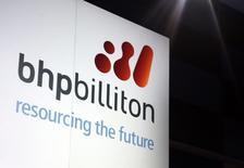 Un cartel promocional de BHP Billiton adorna un escenario, en Sydney, 20 de agosto de 2013. BHP Billiton espera que el crecimiento en los suministros del mineral de hierro supere el de la demanda y mantenga los precios bajo presión, dijo el jueves un ejecutivo de alto rango, pero agregó que mejorar las ganancias de la empresa no dependerá de un ajuste en la producción. REUTERS/David Gray