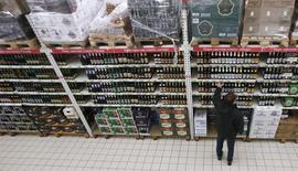 Алкогольный отдел гипермаркета Ашан в Москве. 15 января 2015 года. Рост индекса потребительских цен в России за период с 6 по 12 мая составил 0,1 процента, как и в предыдущие две недели, сообщил Росстат в четверг. REUTERS/Maxim Zmeyev