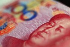 Imagen de archivo de un billete de 100 yuanes. El gasto fiscal de China escaló un 33,2 por ciento interanual en abril, mostraron el jueves datos del Ministerio de Finanzas, un fuerte avance frente al incremento del 4,4 por ciento visto en marzo que refleja los esfuerzos del Gobierno para respaldar a una economía en desaceleración. REUTERS/Petar Kujundzic