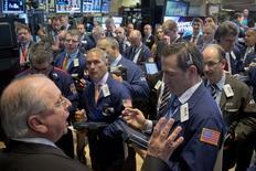Traders work on the floor of the New York Stock Exchange May 12, 2015. Las acciones subían el jueves en la apertura en la bolsa de Nueva York, después de que las solicitudes semanales de subsidios de desempleo cayeran en Estados Unidos a un mínimo de 15 años, lo que indica un fortalecimiento del mercado laboral. REUTERS/Brendan McDermid