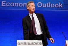 Le Fonds monétaire international (FMI) a annoncé jeudi que son économiste en chef Olivier Blanchard allait partir à la retraite fin septembre et qu'il commençait dès maintenant à lui chercher un remplaçant. Le Français, responsable de la recherche du FMI depuis 2008, est à l'origine de nombreux changements d'orientation de l'organisme international pour prendre acte des leçons tirées de la crise. /Photo d'archives/REUTERS/Mike Theiler