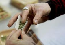 Usuário de maconha prepara cigarro em Seattle. REUTERS/Jason Redmond