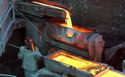 Un trabajador revisando un proceso en la planta refinadora de cobre Ventanas de la estatal Codelco en Ventanas, Chile, ene 7 2015. El precio del cobre subió el viernes en momentos en que la debilidad del dólar contrarrestaba las preocupaciones de que una racha alcista reciente sobrepasa los fundamentos de la oferta y la demanda. REUTERS/Rodrigo Garrido