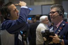 La Bourse de New York a ouvert lundi sans tendance affirmée. Quelques minutes après le début des échanges, le Dow Jones est quasiment à l'équilibre, à 18.272,27 points. Le Standard & Poor's 500 recule de 0,11% et le Nasdaq cède 0,21%. /Photo prise le 15 mai 2015/REUTERS/Brendan McDermid