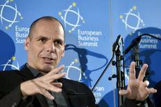 Selon le ministre grec des Finances Yanis Varoufakis, son pays est très proche d'un accord avec ses créanciers internationaux sur le déblocage de la dernière tranche du plan d'aide et Athènes n'a nullement l'intention de réutiliser la drachme comme devise. /Photo prise le 7 mai 2015/REUTERS/Eric Vidal