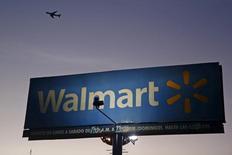 Wal-Mart, leader mondial de la grande distribution, a annoncé une progression plus faible que prévu de ses ventes à magasins comparables aux Etats-Unis. Le bénéfice net a reculé à 3,34 milliards de dollars contre 3,59 milliards un an plus tôt. /Photo prise le 24 mars 2015/REUTERS/Edgard Garrido