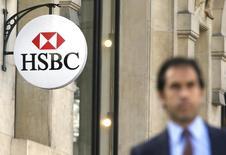 El logo del banco HSBC en la sede del banco en París, 9 de abril de 2015. HSBC comenzará a cobrar a otros bancos por depositar dinero en monedas de naciones que tienen tasas de interés negativas. REUTERS/Gonzalo Fuentes