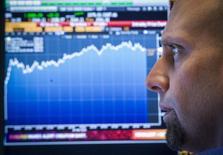 Трейдер на фондовой бирже в Нью-Йорке. 30 марта 2015 года. Глобальные инвесторы в мае сократили долю акций американских компаний в своих портфелях до минимума семи лет, тогда как акции еврозоны остаются основным направлением инвестиций, свидетельствует опрос Bank of America Merrill Lynch. REUTERS/Brendan McDermid