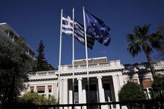 Les créanciers européens de la Grèce ont tempéré mardi les espoirs d'Athènes d'une issue rapide des négociations sur le déblocage de la dernière tranche du plan d'aide, soulignant au contraire qu'il fallait accélérer les discussions pour conclure avant que le pays ne se retrouve à court d'argent. /Photo prise le 13 mai 2015/REUTERS/Alkis Konstantinidis