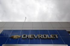 El logo de Chevrolet en una sucursal cerrada de la compañía en Caracas, ene 30 2015. Las unidades de las automotrices Chrysler y General Motors en Venezuela evalúan vender parte de sus vehículos en dólares con el fin de levantar su alicaída producción, dijo el martes un líder sindical.    REUTERS/Carlos Garcia Rawlins