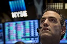 Трейдер на фондовой бирже в Нью-Йорке. 15 мая 2015 года. Фондовые рынки США завершили торги вторника разнонаправленно после публикации отчета о жилищном рынке. REUTERS/Brendan McDermid