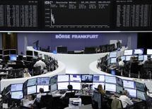 Les Bourses européennes faisaient du surplace mercredi en début de matinée, marquant une pause après leur vive hausse de la veille, coincées entre l'annonce d'une nouvelle activité de fusions & acquisitions dans le secteur des télécoms et le retour des inquiétudes sur la Grèce. À Paris, l'indice CAC 40 était inchangé vers 09h45 et à Francfort, le Dax perdait 0,05%. /Photo prise le 20 mai 2015/REUTERS/Remote/Staff