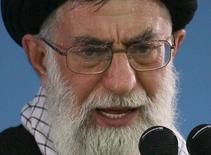 """Духовный лидер Ирани аятолла Али Хаменеи выступает с речью в Тегеране. 8 января 2007 года. Тегеран не примет """"неразумных требований"""" мировых держав во время переговоров о ядерной программе и не позволит проверяющим лицам интервьюировать своих ученых-ядерщиков, заявил в среду духовный лидер Ирана аятолла Али Хаменеи. REUTERS/Stringer"""