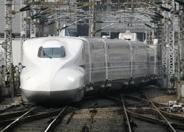 5月20日、タイのプラジン運輸相は、日本の支援を受けた高速鉄道事業を承認すると発表した。写真は東京駅に進入する新幹線。2007年7月撮影(2015年 ロイター/Toru Hanai)