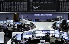 Les Bourses européennes évoluent dans le rouge jeudi à la mi-séance après la publication d'indicateurs dressant un tableau contrasté de la reprise dans la zone euro. À Paris, le CAC 40 abandonne 0,47% à 5.109,23 points vers 10h40 GMT. À Francfort, le Dax recule de 0,49% et à Londres, le FTSE cède 0,09%. /Photo prise le 21 mai 2015/REUTERS