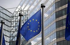 Una bandera de la Unión Europea ondea fuera de la sede de la Comisión Europea en Bruselas, Bélgica, 20 de mayo de 2015. La confianza de los consumidores de la zona euro retrocedió en mayo por segundo mes consecutivo tras haber alcanzado un máximo de siete años y medio en marzo. REUTERS/Francois Lenoir