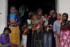 Mulheres imigrantes rohingyas, que recentemente chegaram à Indonésia de barco, estão num complexo temporário para refugiados em Aceh, na Indonésia, nesta quinta-feira. 21/05/2015 REUTERS/Beawiharta
