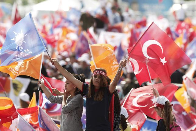 Supporters of Turkey's Prime Minister Ahmet Davutoglu wave Turkish and AK Party flags during an election rally for Turkey's June 7 parliamentary elections in Istanbul, Turkey, May 17, 2015.   REUTERS/Osman Orsal