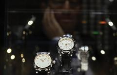 Montres Montblanc. Richemont, propriétaire entre autres de Cartier, Van Cleef & Arpels ou encore Piaget, a fait état vendredi d'une baisse de 8% de ses ventes à taux de change constants en avril, tout en confirmant que son bénéfice annuel avait chuté de 35% et en notant que les conditions restaient difficiles à Hong Kong et Macau, deux marchés importants pour le numéro deux mondial du luxe. /Photo prise le 19 janvier 2015/REUTERS/Denis Balibouse