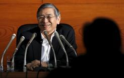 Le gouverneur de la Banque du Japon Haruhiko Kuroda, lors d'une conférence de presse à l'issue d'une réunion de deux jours du comité de politique monétaire de la banque centrale. La BoJ a maintenu vendredi sa politique monétaire accommodante et a révisé légèrement en hausse son appréciation de l'économie japonaise grâce à un petit rebond de la consommation et des exportations. /Photo prise le 22 mai 2015/REUTERS/Toru Hanai