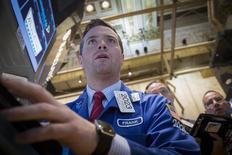 Operadores trabajando en la Bolsa de Nueva York, 20 de mayo de 2015. Los principales índices de la bolsa de Nueva York mostraban leves cambios el viernes, tras datos que mostraron una presión inflacionaria en alza y sembraron más dudas respecto de cuándo elevará las tasas de interés la Reserva Federal. REUTERS/Brendan McDermid