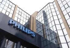 Philips ha alcanzado su primer acuerdo para vender luces que incorporan una tecnología incorporada que puede rastrear a los compradores a medida que avanzan a través de una tienda de comestibles y abra ventanas con ofertas en sus teléfonos inteligentes. En la imagen de archivo, el logo de Philips es visto en la entrada de la compañía en Bruselas el 11 de septiembre de 2012. REUTERS/Francois Lenoir