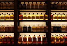 Suntory Beverage & Food a annoncé l'achat à Japan Tobacco de son activité dans les distributeurs de boissons pour 150 milliards de yens (1,12 milliard d'euros), voulant devenir le leader des boissons au Japon en cinq ans. /Photo d'archives/REUTERS/Sophie Knight