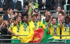 Jogadores do Norwich City levantam troféu após vitória sobre o Middlesbrough, que deu ao time o acesso à primeira divisão do Campeonato Inglês. 25/05/2015 REUTERS/Action Images/John Marsh